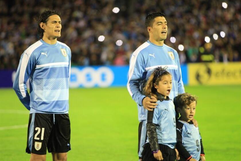 En la imagen, los jugadores de la selección uruguaya Edinson Cavani (i) y Luis Suárez (d). EFE/Archivo
