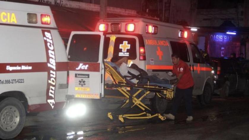Paramédicos estatales trasladan a lesionados, después de un ataque armado al interior de un bar en Cancún, Quintana Roo, México.