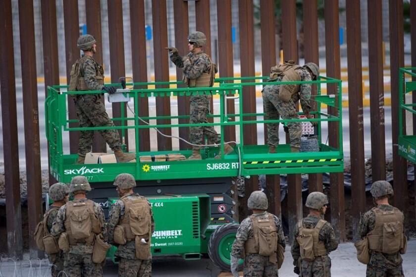 Militares estadounidenses instalan cable de concertina en la parte superior del muro fronterizo entre Estados Unidos y México, en San Diego (EE.UU.). EFE/Archivo