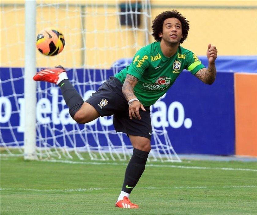 El jugador de la selección brasileña de fútbol Marcelo, del Real Madrid español, participa el pasado 29 de mayo, del primer entrenamiento del equipo para el partido del próximo domingo 2 de junio ante el seleccionado de Inglaterra, en el estadio de Maracana de la ciudad de Río de Janeiro. EFE
