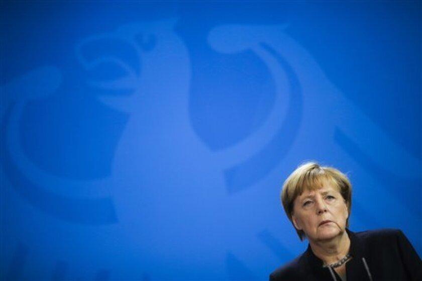 """La canciller alemana, Angela Merkel, afirmó hoy si la candidata demócrata estadounidense Hillary Clinton gana las elecciones las mujeres estarán """"más cerca"""" de alcanzar la igualdad con los hombres en el reparto de puestos de poder."""