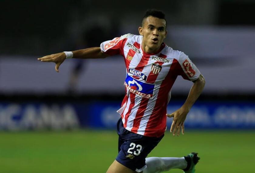 En la imagen el registro de Luis Díaz, delantero del Junior de Barranquilla, quien anotó el primero de los goles con los que su equipo se impuso 4-1 sobre el Medellín en el partido de ida de la final del fútbol en Colombia. EFE/Archivo