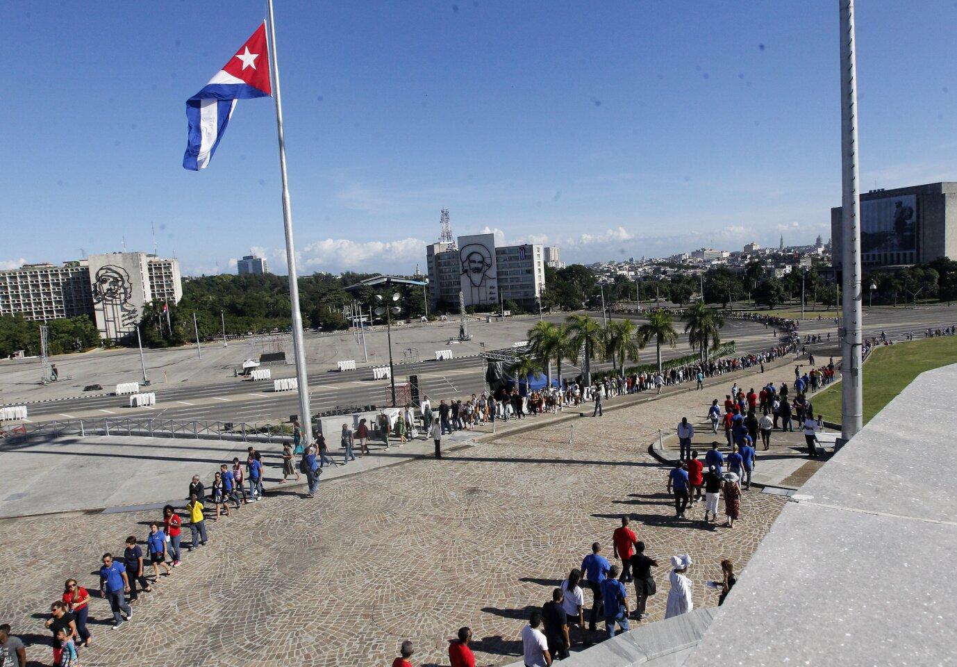 Miles de cubanos participan en las honras fúnebres del líder cubano Fidel Castro en La Habana (Cuba).