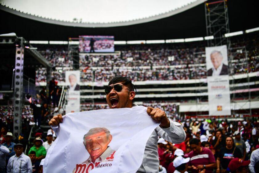 Decenas de miles de personas se reunieron en el estadio Azteca de la Ciudad de México para el evento de cierre de campaña de Andrés Manuel López Obrador.
