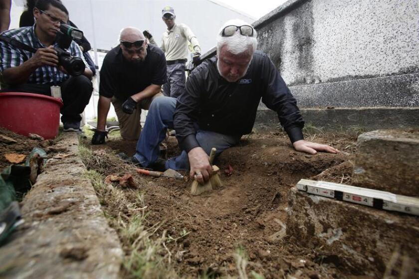 El arqueólogo estadounidense James Delgado (c) dirige la exhumación de los supuestos restos de Julius Kroehl hoy, jueves 11 de octubre, en el cementerio Amador de ciudad de Panamá. EFE