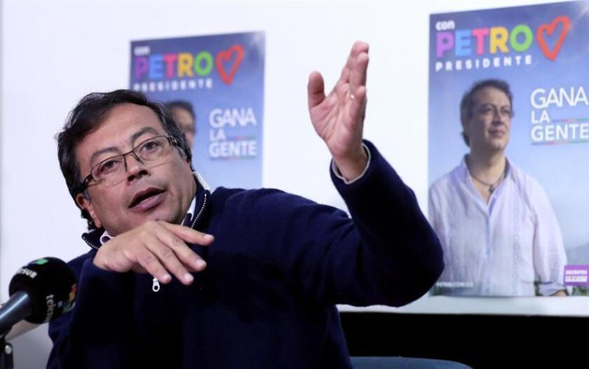 El candidato presidencial colombiano Gustavo Petro (izquierdas) inició hoy con una reunión en el Congreso su viaje a Washington para denunciar el presunto atentado del que fue víctima la semana pasada. EFE/ARCHIVO