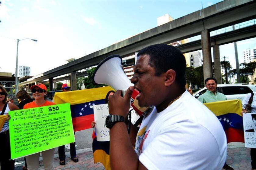 José Antonio Colina, presidente de Venezolanos Perseguidos Políticos en el Exilio (Veppex), habla a manifestantes en Miami, Florida (EE.UU.). EFE/Archivo