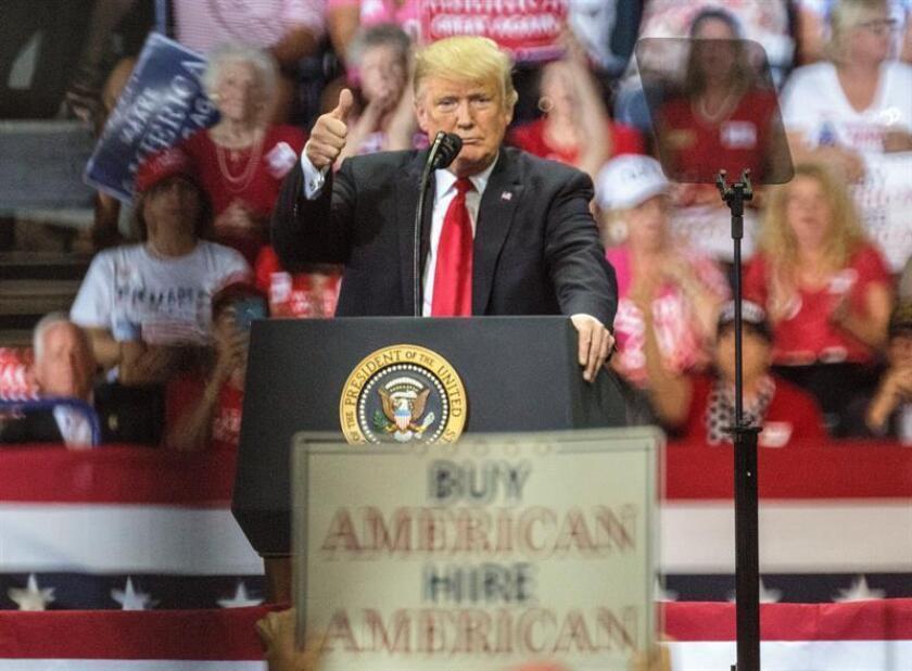 El presidente de EE.UU., Donald Trump, habla durante un acto de campaña en apoyo al candidato republicano a gobernador del estado de Florida, Ron DeSantis en el Hertz Arena de Fort Myers, Florida (EE. UU.). EFE