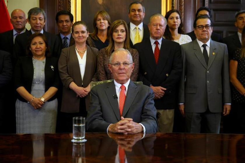 Fotografía cedida por la Presidencia del Perú, del mandatario Pedro Pablo Kuczynski (c), durante un mensaje a su país acompañado de sus ministros en el Palacio de Gobierno de Lima (Perú). EFE/Juanca Guzmán/PRESIDENCIA DE PERÚ/SOLO USO EDITORIAL/NO VENTAS