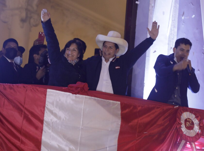 پس از اعلام رئیس جمهور جدید پرو ، پدرو کاستیلو با همدست خود دینا بولوارت جشن می گیرد.