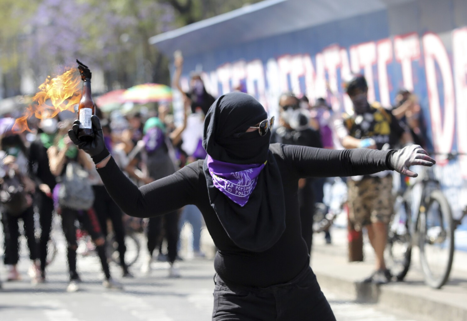 Dozens injured as feminist protesters clash with police in Mexico's capital  - Los Angeles Times