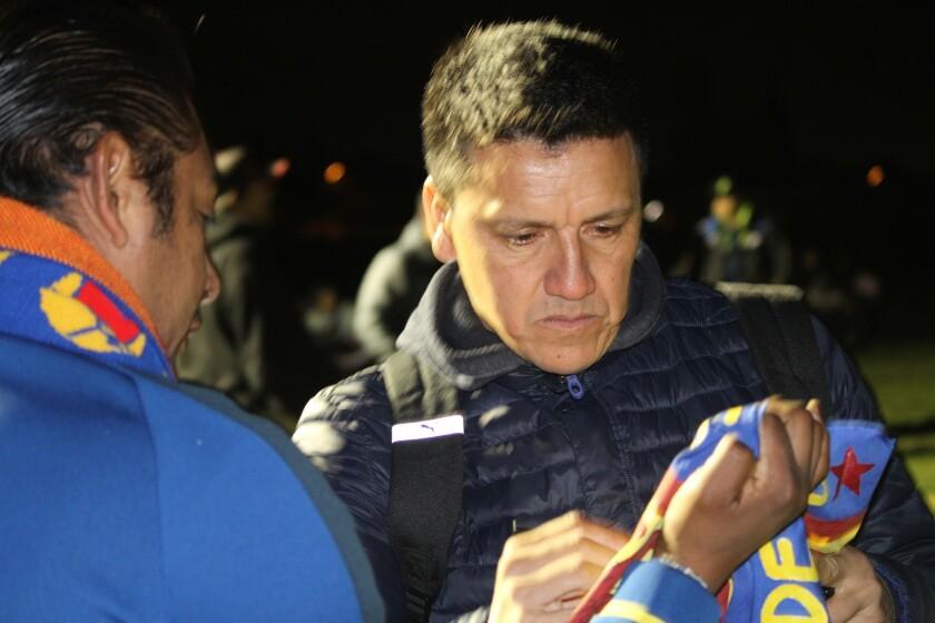 Hugo Norberto Castillo durante una visita a las escuela de las Águilas del América en El Monte.