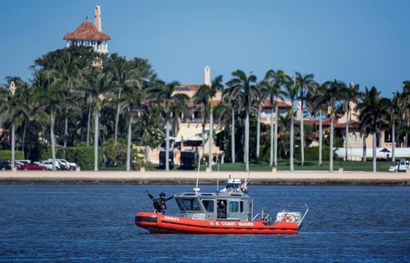 Un bote de la Guardia Costera estacionado el miércoles 18 de abril de 2018, afuera del resort Mar-a-Lago donde el presidente Donald J. asiste a una conferencia de prensa con el primer ministro de Japón, Shinzo Abe, en Palm Beach, Florida (EE.UU.). EFE/Archivo