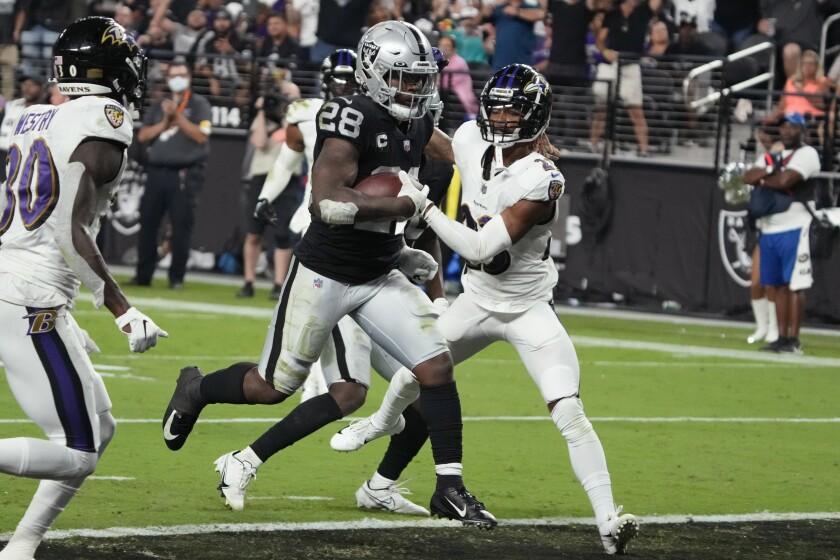 El corredor de los Raiders de Las Vegas, Josh Jacobs (28), consigue un touchdown contra los Ravens de Baltimore durante la segunda mitad del juego de la NFL, el lunes 13 de septiembre de 2021, en Las Vegas. El viernes 17 de septiembre quedó descartado para jugar contra los Steelers en la semana 2. (AP Foto/Rick Scuteri)