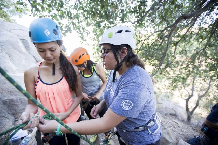 Laura Guerrero (derecha), asistente de coordinación de programas juveniles de Outdoor Outreach