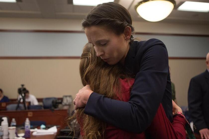 La víctima Rachael Denhollander abraza a otra víctima en un receso, durante los procedimientos judiciales en la fase de sentencia para el Dr. Larry Nassar, esta semana. EFE