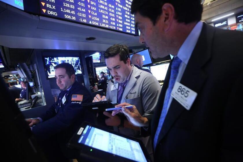 Wall Street abrió hoy al alza y el Dow Jones de Industriales avanzaba un 0,42 % y el índice compuesto del mercado Nasdaq progresaba un 0,25 %, lo que permitía a ambos índices alcanzar nuevos máximos históricos intradía. EFE/ARCHIVO