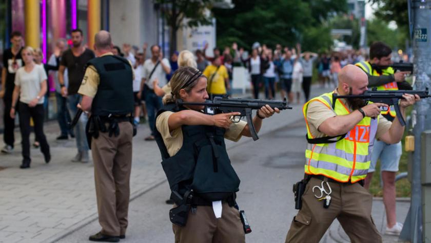 Fuerzas especiales de la policía se preparan para registrar un centro de tiendas vecino afuera del centro comercial de Olympia en Munich, en el sur de Alemania, el viernes 22 de julio de 2016 después de que varias personas murieron en un tiroteo. (AFP)