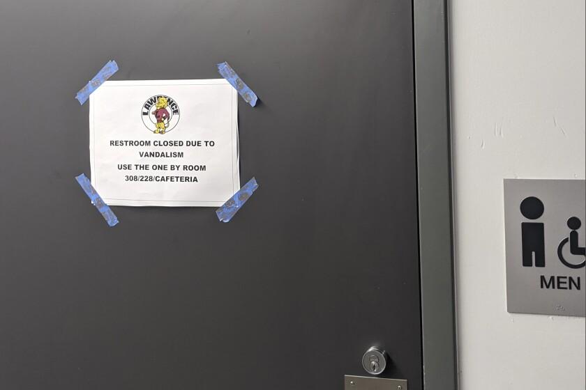se muestra un letrero en un baño para informar que fue cerrado debido a actos de vandalismo s