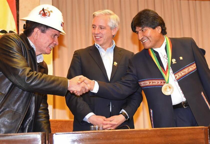"""Sindicatos obreros y organizaciones campesinas afines al presidente boliviano, Evo Morales, le pidieron hoy que el Estado nacionalice todas las minas """"de una vez por todas"""" y que anule las concesiones mineras que """"no aportan nada"""" al país."""