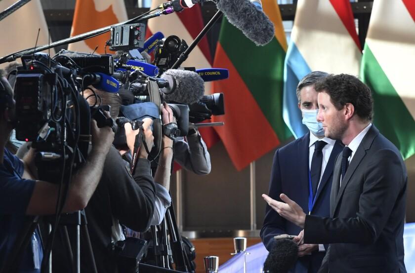 El ministro de Asuntos Europeos francés, Clement Beune, derecha, habla con la prensa al arribar a una reunión de ministros de Asuntos Generales de la UE en el edificio del Consejo Europeo en Bruselas, martes 21 de setiembre de 2021. (AP Foto/Geert Vanden Wijngaert)