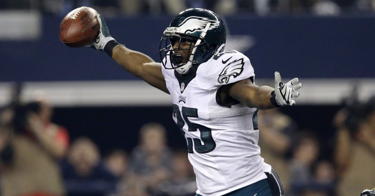 Eagles seize NFC East lead with win over Cowboys, 33-10