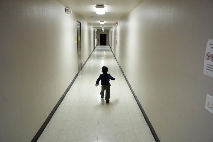 Foto tomada el 11 de diciembre del 2018 de un niño migrante centroamericano en un albergue en San Diego, California.