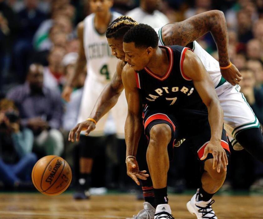 En la imagen, el jugador de los Celtics de Boston Marcus Smart (atrás) disputa un balón con Kyle Lowry (frente) de los Raptors de Toronto. EFE/Archivo