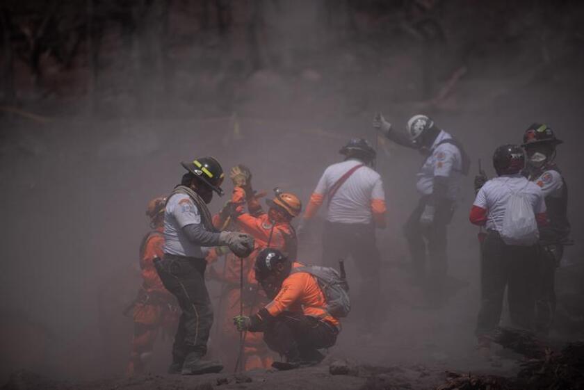 Miembros de las fuerzas de rescate de Guatemala, salen de la zona del desastre en el km 93, El Rodeo Escuintla. EFE