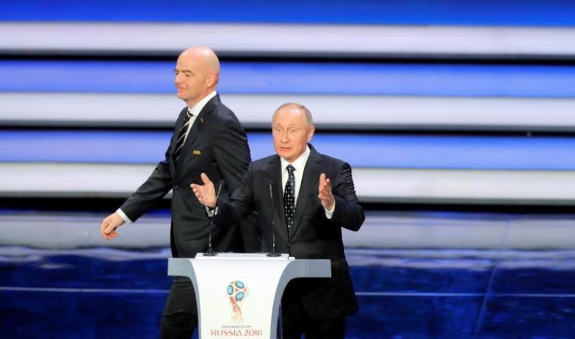 El presidente de la FIFA Gianni Infantino (izda) y el presidente ruso Vladimir Putin, participan en el sorteo del Mundial de Rusia 2018 que se celebra en el Palacio del Kremlin de Moscú, Rusia, el 1 de diciembre del 2017. EFE