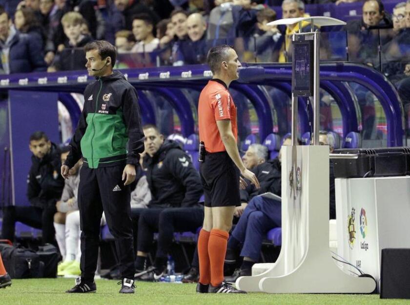 El colegiado Jaime Latre consulta el VAR en el Estadio Ciutat de Valencia. EFE/Archivo