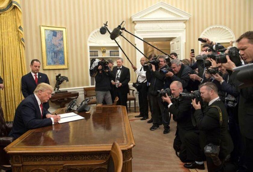 El primer fin de semana de Donald Trump como presidente de EE.UU. comenzó con una confrontación abierta con los medios de comunicación de su país.