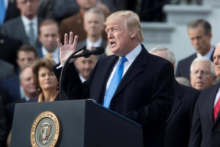 El presidente de los Estados Unidos, Donald Trump (c), acompañado de los miembros republicanos del Senado y la Cámara, ofrece una rueda de prensa. EFE/Archivo