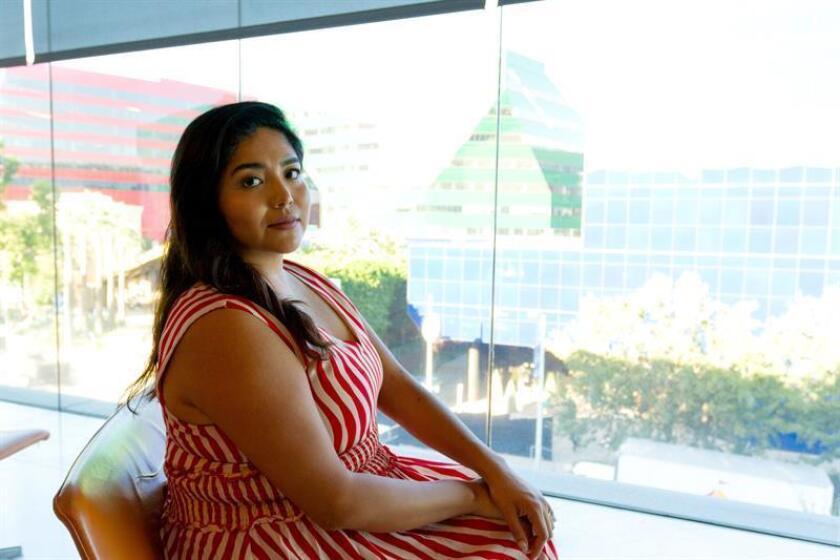 Fotografía del 12 de septiembre de 2018, de la escritora y activista Julissa Arce durante una entrevista previa a su participación en un panel sobre inmigración y frontera el 12 de septiembre de 2018, en West Hollywood, California (EE.UU.). EFE