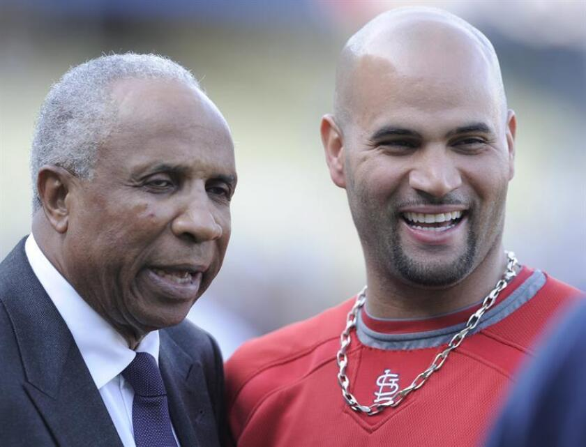 La legenda del béisbol Frank Robinson (i) sonríe junto al jugador Albert Pujols en el año 2009. EFE/Archivo