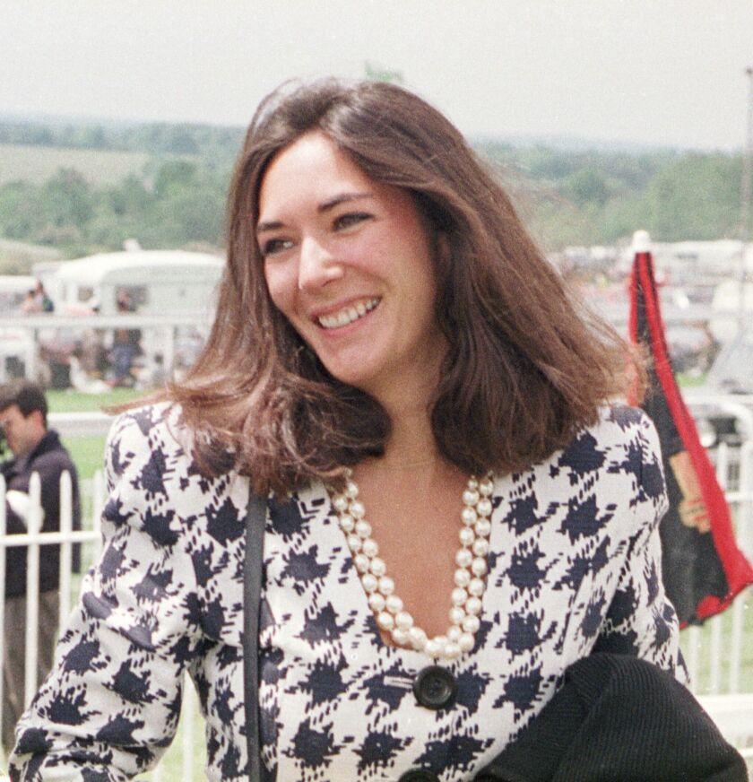ARCHIVO – En esta fotografía de archivo, la socialité británica Ghislaine Maxwell llega al hipódromo Epsom, en Gran Bretaña.