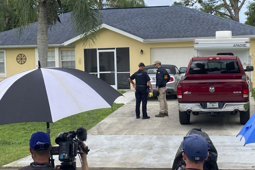 Agentes policiales investigan la casa de un joven al que quieren interrogar