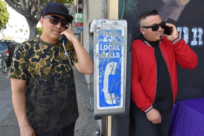 Los integrantes del dúo de hip-hop salvadoreño Crooked Stilo, Víctor López (i) y su hermano Johnny López (d), posan para una foto este sábado, 14 de abril de 2018, en la cuadra de ventas de alimentos de El Salvador, en Los Ángeles, California (EE.UU.). EFE