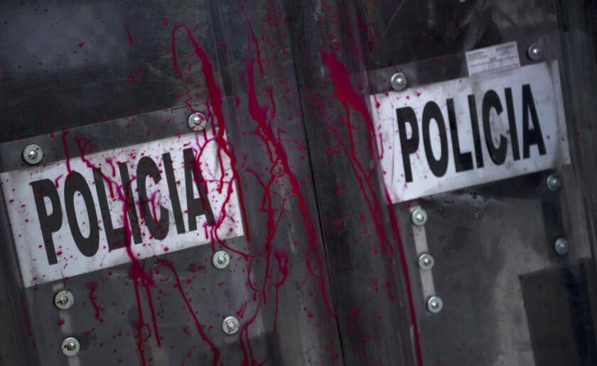 En esta imagen, tomada el 5 de julio de 2016, escudos de la policía antimotines manchados con pintura roja durante una manifestación de profesores descontentos en la ciudad de México. Mexico City. (AP Foto//Nick Wagner)
