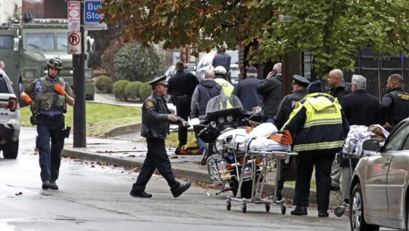 Policías y elementos de rescate alrededor de una sinagoga en Pittsburgh donde un individuo efectuó disparos.