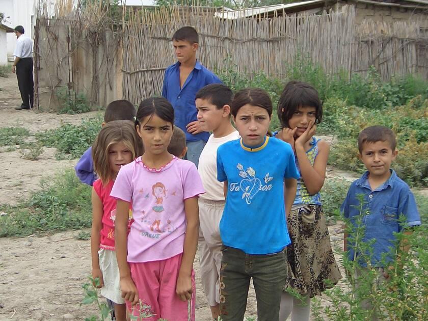 Alrededor de la mitad de los civiles azerbaiyanos desplazados por las tropas armenias son niños.