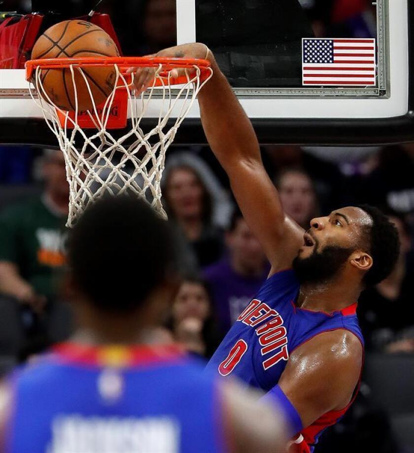 El jugador Andre Drummond (d) de Detroit Pistons encesta el 10 de enero de 2017, durante un juego entre Detroit Pistons y Sacramento Kings de la NBA. EFE/Archivo