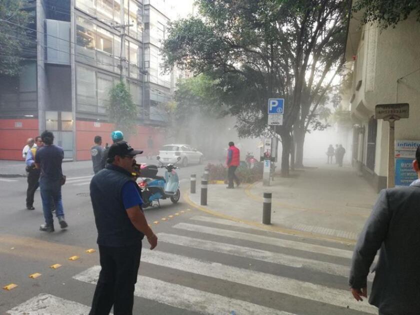 Personas esperan en la calle tras un sismo registrado en Ciudad de México (México). EFE