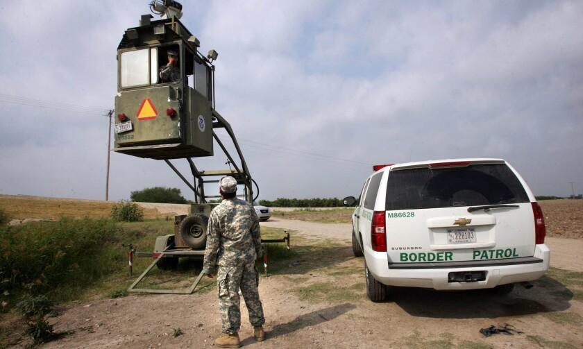 Un miembro de la Guardia Nacional habla con un compañero en una cabina de la Patrulla Fronteriza en Hidalgo, Texas.