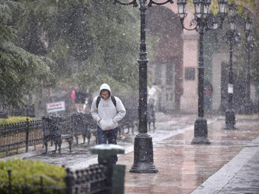 México comenzará a sentir durante esta noche y la madrugada del jueves la primera tormenta invernal de la temporada, que originará lluvias persistentes, fuertes vientos, oleaje elevado y algunas nevadas en el norte del país, informó hoy el Servicio Meteorológico Nacional (SMN). EFE/ARCHIVO