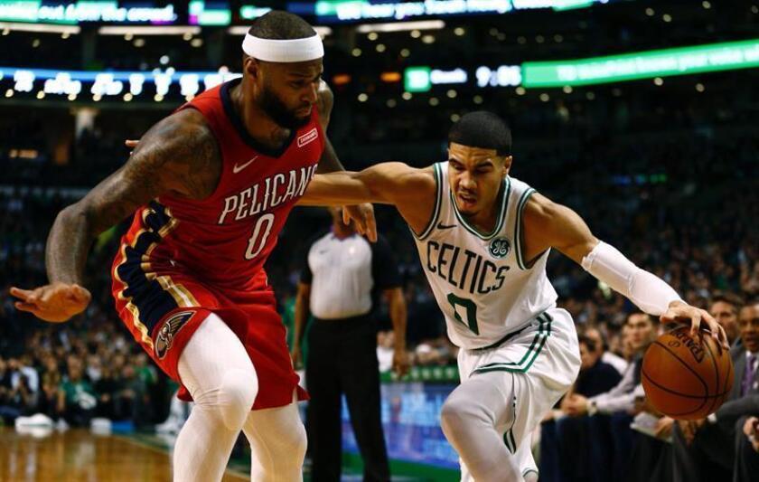 El jugador DeMarcus Cousins (i) de New Orleans Pelicans disputa el balón con Jayson Tatum (d) de Boston Celtics, durante un juego de la NBA entre New Orleans Pelicans y Boston Celtics que se disputó en el TD Garden en Boston, Massachusetts, (Estados Unidos). EFE