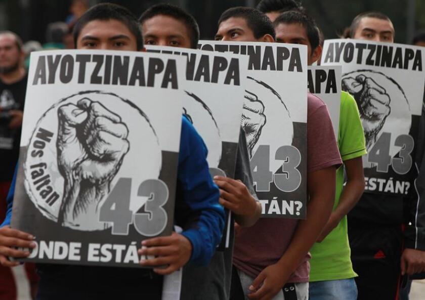 Padres de los 43 estudiantes desaparecidos de Ayotzinapa boicotearon hoy un mitin electoral de Ángel Aguirre, exgobernador del estado mexicano de Guerrero, en protesta por la desaparición de los jóvenes ocurrida el 26 de septiembre de 2014. EFE/ARCHIVO