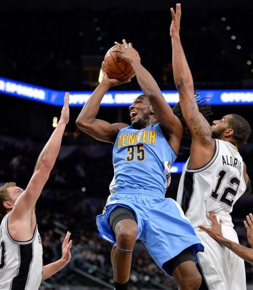 Denver Nuggets forward Kenneth Faried (C) shoots against San Antonio Spurs' LaMarcus Aldridge (R) and David Lee, during the first half of an NBA basketball game, Thursday, 19 January, 2017. EFE