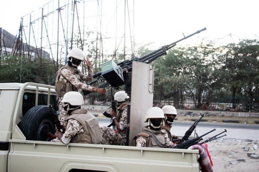 Vista de un grupo armado del Movimiento del Sur que patrullan una calle tras los enfrentamientos en la ciudad portuaria sureña de Aden, Yemen. EFE/STR