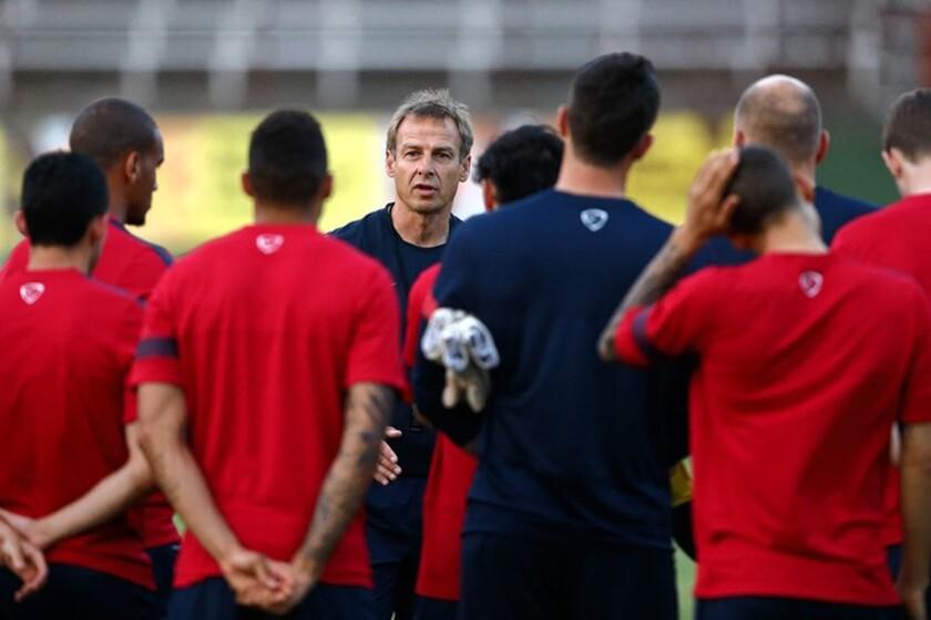 Jurgen Klinsmann (c), en una sesión de la selección de futbol de EEUU.